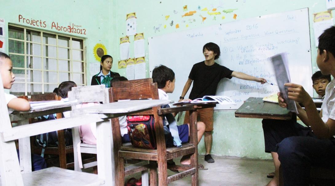 カンボジアの学校で英語の授業を受けもつ日本人ボランティア